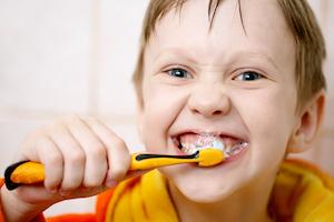 Junge putzt sich mit Begeisterung die Zähne