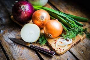 Zwiebeln kommen in verschiedenen Formen und Farben für jeden Geschmack